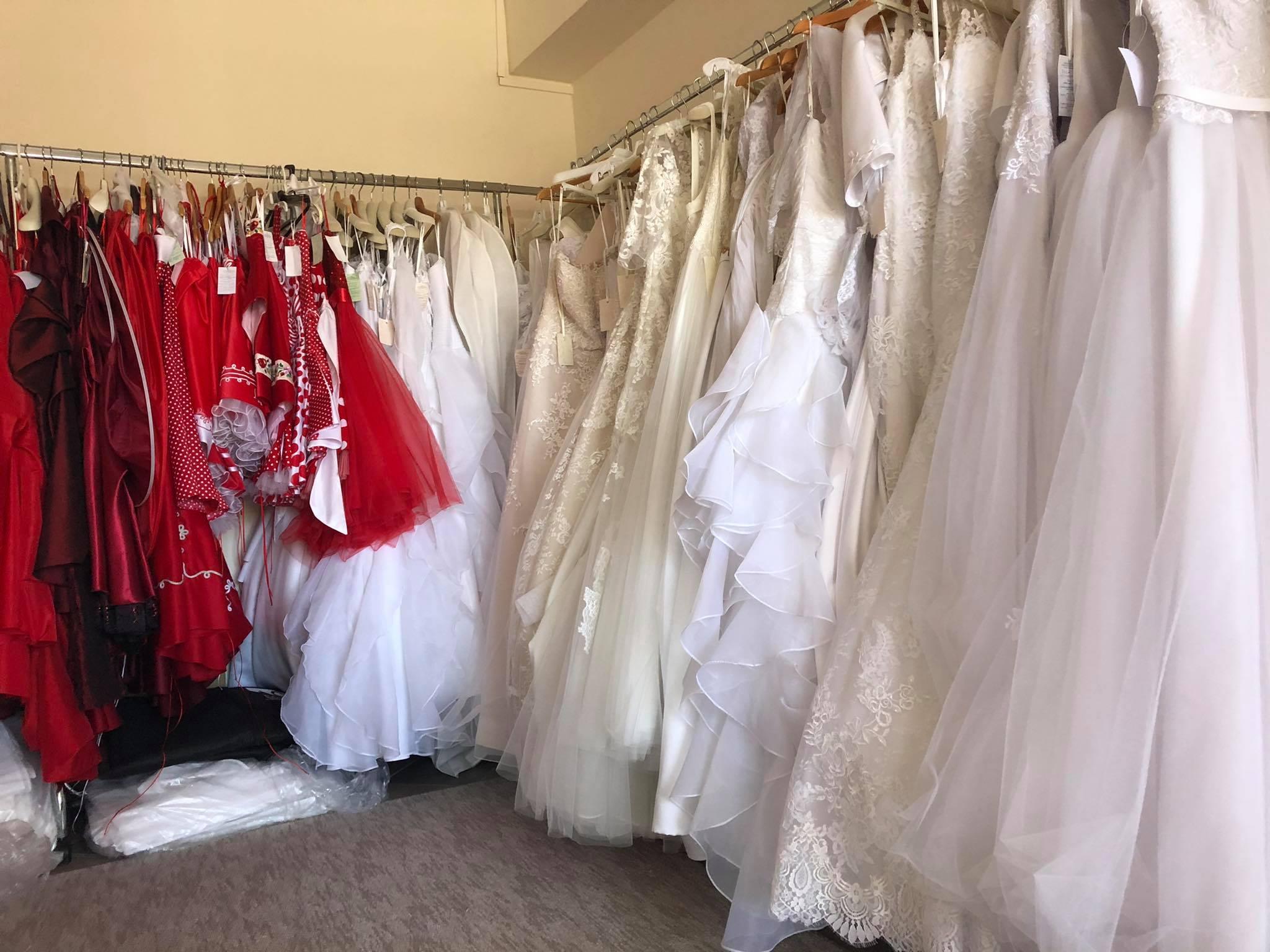 a8ddff3f68 Ha nálunk választ menyasszonyi ruhát, menyecskeruháját (legyen az modern,  vagy magyaros) 10%-os kedvezménnyel kölcsönözheti, vagy vásárolhatja.