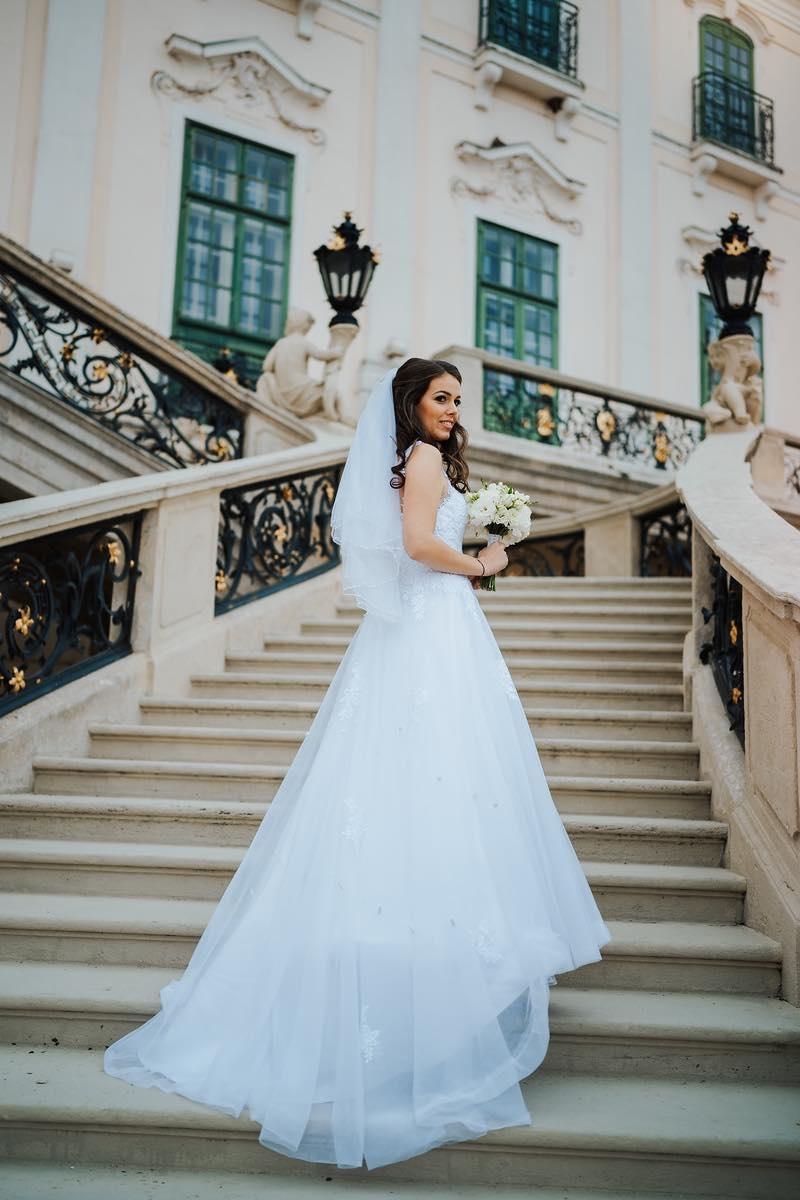 eef7353bba Esküvői ruha kínálatunkban szerepel a spanyol La Sposa és Atelier Diagonal.  Az általunk forgalmazott márkák világhírűek, s ez garanciát nyújt a  modellek ...